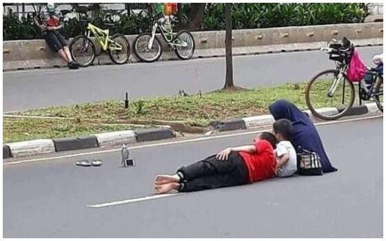 Foto Yang Membuktikan Orang Indonesia Paling Berani Sedunia Nonton Di Jalan B6dde