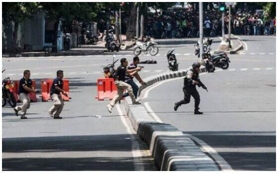 Foto Yang Membuktikan Orang Indonesia Paling Berani Sedunia Polri F15a9