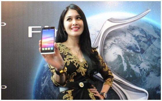 Artis Indonesia Yang Suka Pake HP Android Sandra Dewi 06964