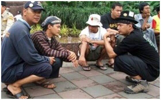 Kebiasaan Orang Indonesia Yang Dianggap Aneh Orang Bule Jongkok 8fad8