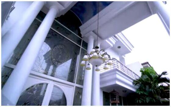 Potret Rumah Inul Daratista Yang Mewah Dan Megah Tampak Depan 4a930