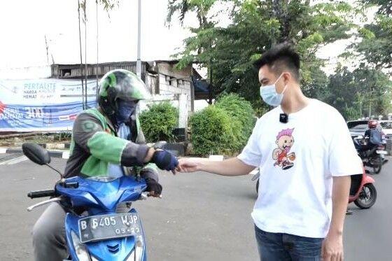 Baim Wong Memberikan Uang Kepada Diver Ojol 36a5a