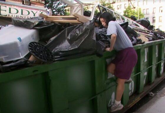 Kate Hashimoto Saat Mencari Makanan Di Tempat Sampah TLC 44c4c