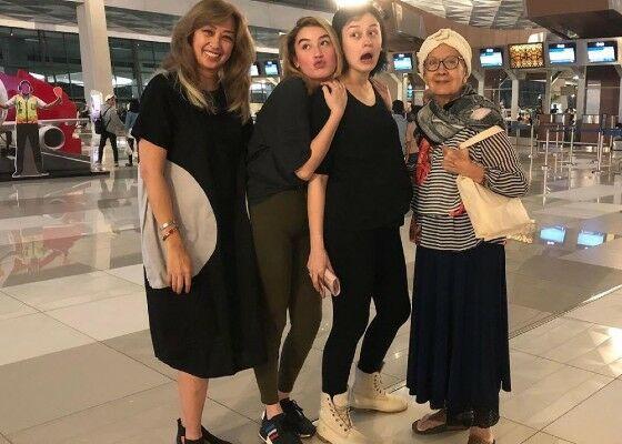 Kimberly Dan Natasha Ryder Dengan Irvina Zainal Dan Sang Nenek F8440