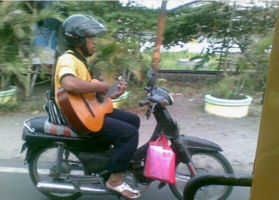 Naik Motor Sambil Gitaran E9222