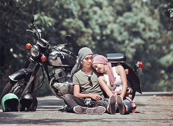 Dibalik Foto Romantis Ada Teman Jomblo Yang Kerja Keras