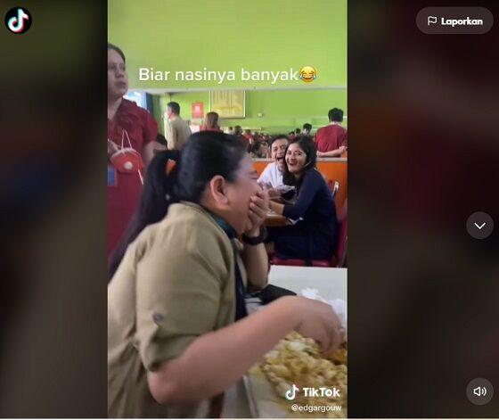 Wanita Makan Nasi Padang Dibungkus Tapi Di Tempat E7044