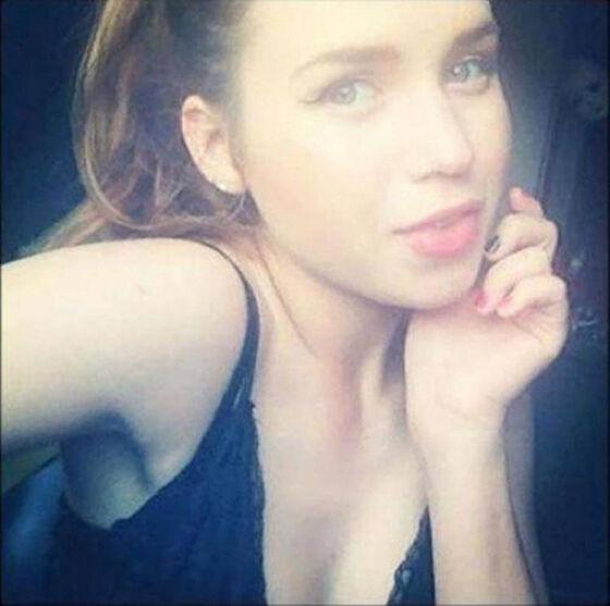 Cantik Kan Tapi Tampaknya Ada Sesosok Bayangan Yang Ikutan Selfie