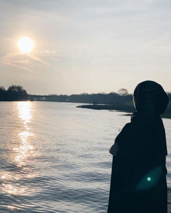 12 Foto Perempuan Berhijab Di Pinggir Pantai 82c51