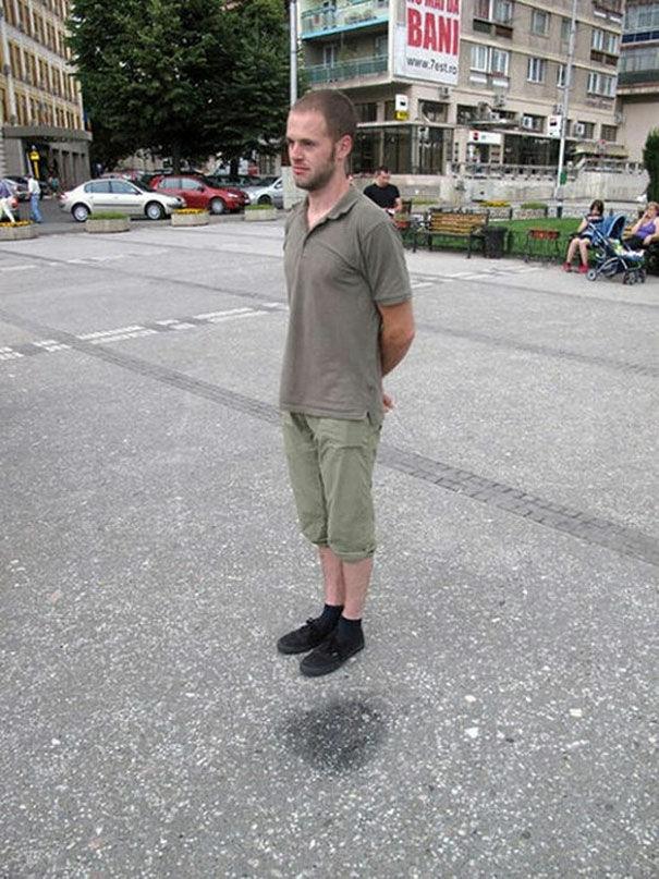 Pria Ini Sedang Levitasi Atau Berdiam Diri