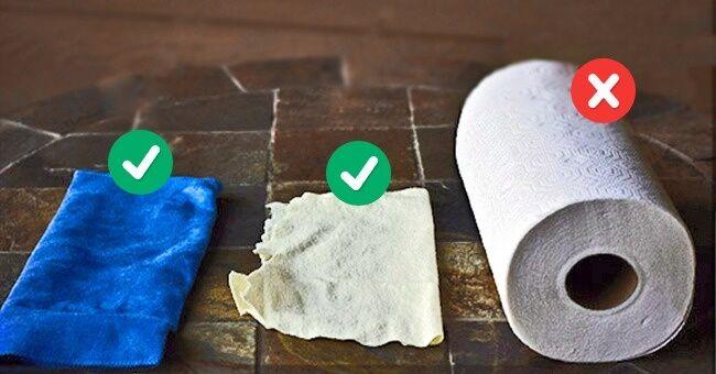 Bersihkan Layar Gadget Menggunakan Kain Microfiber