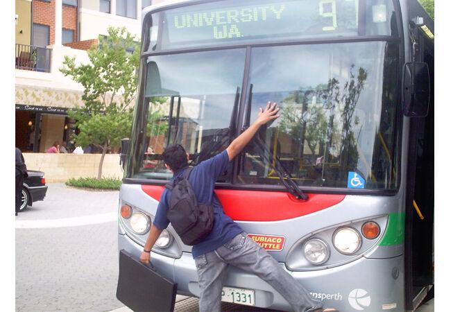 Tertabrak Bus
