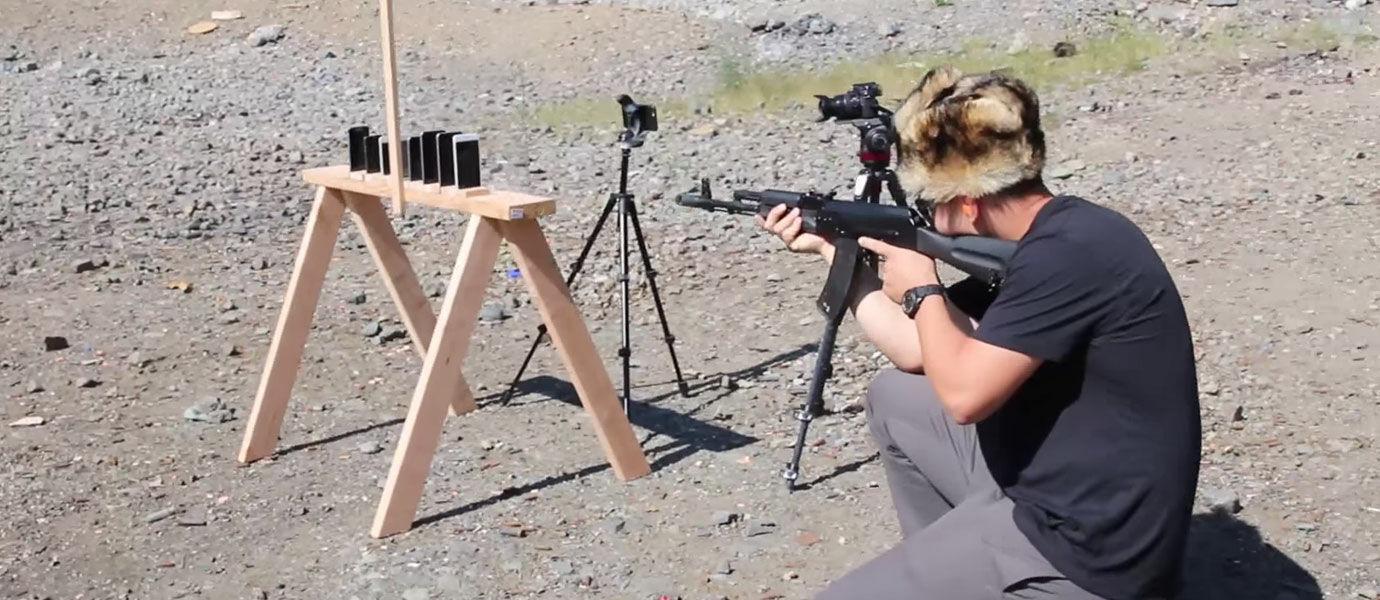 Video: Tebak Berapa iPhone yang Sanggup Menahan Peluru AK-74?