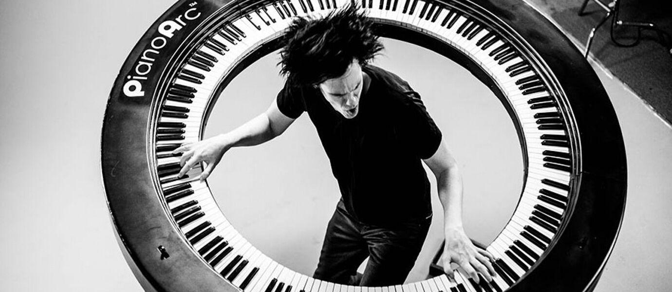 Keyboardis Lady Gaga Ini Menciptakan Keyboard Melingkar yang RUARR BIASA!