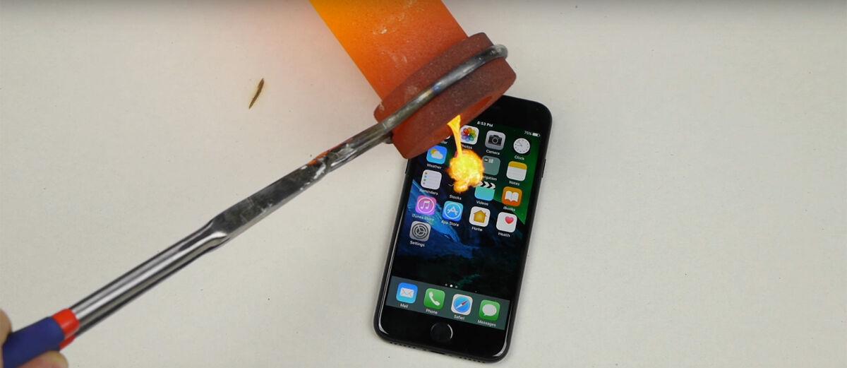 Video: Ini Jadinya Jika iPhone 7 Disiram Lelehan Emas Murni!