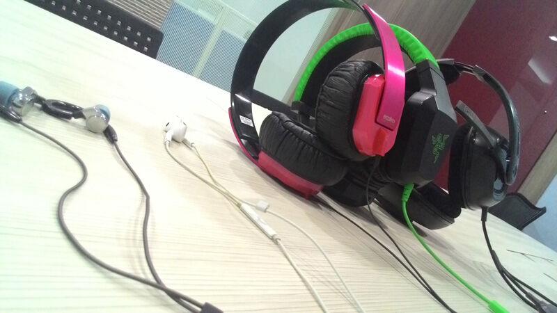Headphone Vs Headset Vs Earphone 2