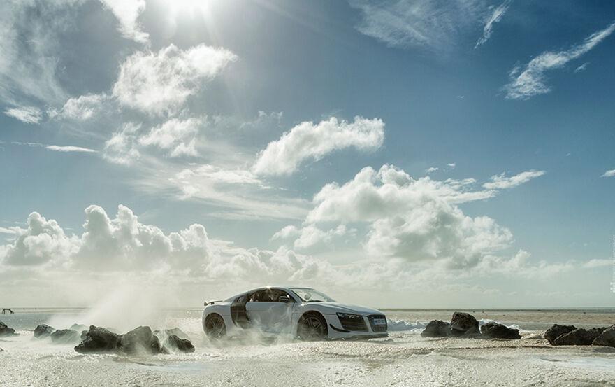 Audi R8 Difoto Dengan Mobil Mainan 8