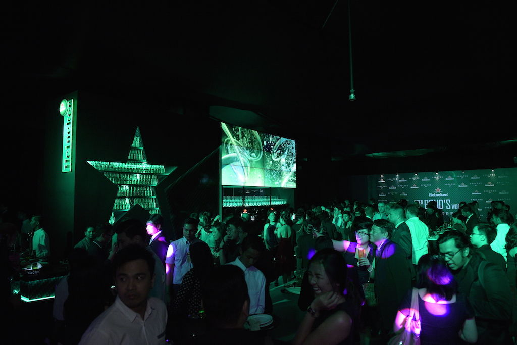 4 Suasana Pengunjung Heineken Openbondsworld Party Sebelum Menyaksikan Pemutaran Film Spectre Di Gandaria City
