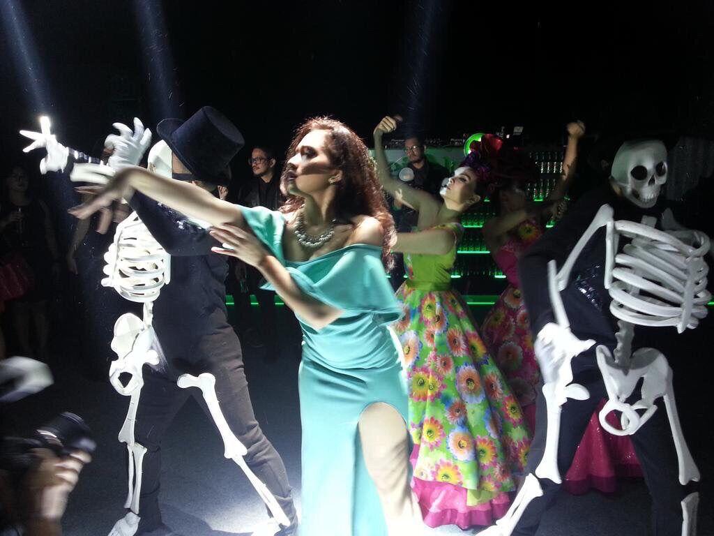 8 Pertunjukan Teatrikal Salah Satu Adegan Di Film Spectre Dalam Adegan Parade Day Of The Dead