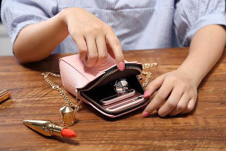 Smartphone Bersama Benda Lain dalam Tas
