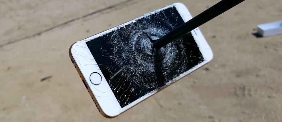 Buset, Layar iPhone 6s Ternyata Super Kuat Menahan Anak Panah!